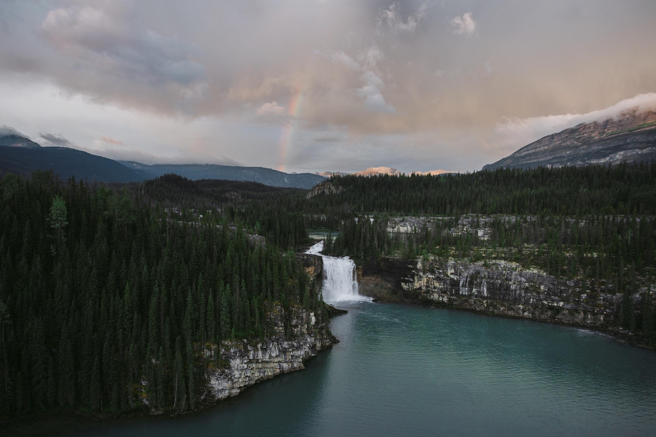 前有布鲁克斯瀑布,后有Brooks Falls in the foreground, Shire Falls in the background, Monkman Provincial Park, Tumbler Ridge UNESCO Global Geopark